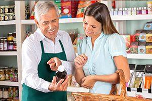 Miembro del personal ayuda al cliente al dar información sobre el producto.